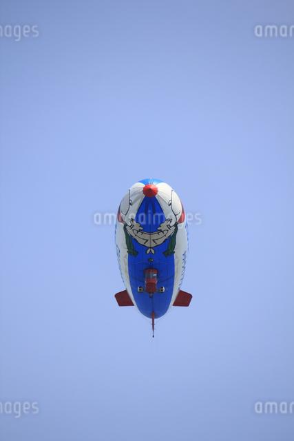 空を飛ぶ飛行船の写真素材 [FYI04247709]