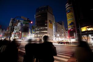 節電で暗い渋谷の街の写真素材 [FYI04249379]
