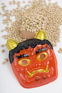 節分 赤鬼と炒り大豆の写真素材 [FYI04250267]