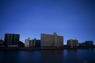 東北地方太平洋沖地震の影響で計画停電した街並みの写真素材 [FYI04250448]
