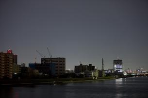 東北地方太平洋沖地震の影響で計画停電した街並みの写真素材 [FYI04250450]