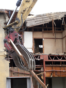 解体工事中の家屋の写真素材 [FYI04250692]