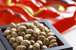 鬼の面と升に入った豆の写真素材 [FYI04250890]