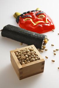鬼の面と升に入った豆と巻寿司の写真素材 [FYI04250892]
