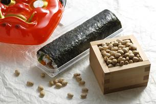 鬼の面と升に入った豆と巻寿司の写真素材 [FYI04250918]