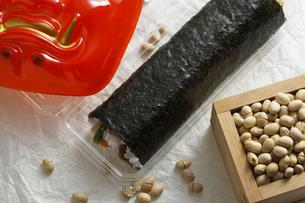 鬼の面と升に入った豆と巻寿司の写真素材 [FYI04250919]