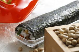 鬼の面と升に入った豆と巻寿司の写真素材 [FYI04250920]