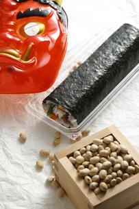 鬼の面と升に入った豆と巻寿司の写真素材 [FYI04250921]