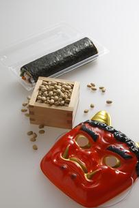 鬼の面と升に入った豆と巻寿司の写真素材 [FYI04250924]