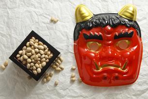 鬼の面と升に入った豆の写真素材 [FYI04250925]