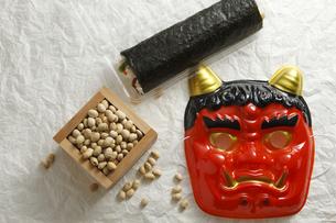 鬼の面と升に入った豆と巻寿司の写真素材 [FYI04250926]