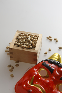 鬼の面と升に入った豆の写真素材 [FYI04250927]