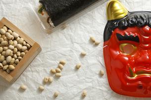 鬼の面と升に入った豆と巻寿司の写真素材 [FYI04250928]