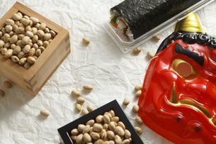 鬼の面と升に入った豆と巻寿司の写真素材 [FYI04250930]