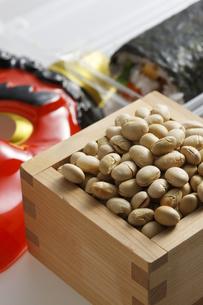 鬼の面と升に入った豆と巻寿司の写真素材 [FYI04250944]