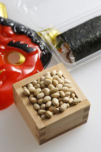 鬼の面と升に入った豆と巻寿司の写真素材 [FYI04250946]