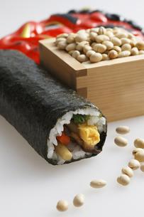 鬼の面と升に入った豆と巻寿司の写真素材 [FYI04250947]