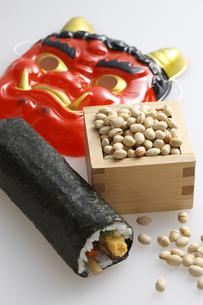 鬼の面と升に入った豆と巻寿司の写真素材 [FYI04250949]