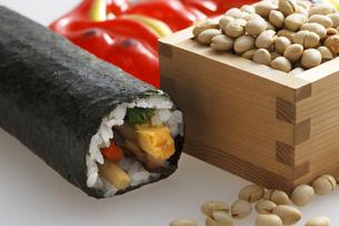 鬼の面と升に入った豆と巻寿司の写真素材 [FYI04250952]