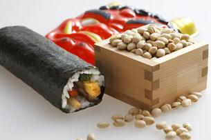 鬼の面と升に入った豆と巻寿司の写真素材 [FYI04250953]