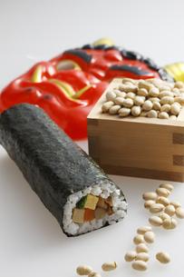 鬼の面と升に入った豆と巻寿司の写真素材 [FYI04250963]