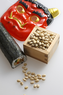 鬼の面と升に入った豆と巻寿司の写真素材 [FYI04250964]