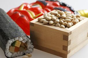 鬼の面と升に入った豆と巻寿司の写真素材 [FYI04250965]
