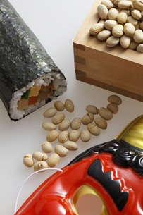 鬼の面と升に入った豆と巻寿司の写真素材 [FYI04250967]