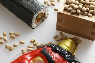 鬼の面と升に入った豆と巻寿司の写真素材 [FYI04250969]