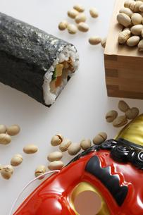 鬼の面と升に入った豆と巻寿司の写真素材 [FYI04250971]