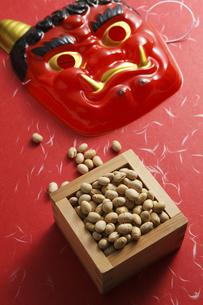 鬼の面と升に入った豆の写真素材 [FYI04250976]