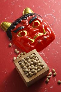 鬼の面と升に入った豆の写真素材 [FYI04250977]