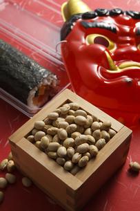 鬼の面と升に入った豆と巻寿司の写真素材 [FYI04250980]