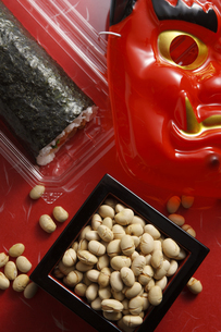 鬼の面と升に入った豆の写真素材 [FYI04250981]