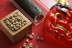 鬼の面と升に入った豆と巻寿司の写真素材 [FYI04250983]