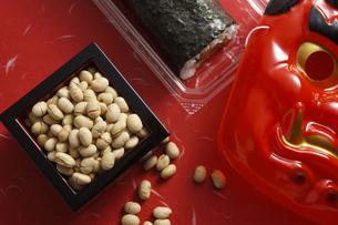 鬼の面と升に入った豆と巻寿司の写真素材 [FYI04250984]