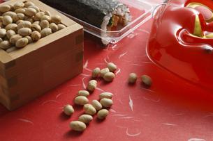 鬼の面と升に入った豆と巻寿司の写真素材 [FYI04250985]