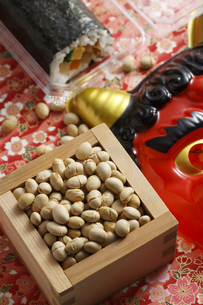鬼の面と升に入った豆と巻寿司の写真素材 [FYI04251007]