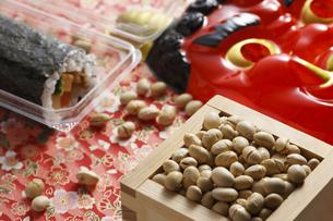 鬼の面と升に入った豆と巻寿司の写真素材 [FYI04251008]