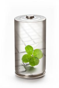 エコ電池と新芽の環境イメージの写真素材 [FYI04252701]
