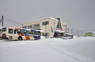雪のJR木古内駅のイラスト素材 [FYI04254153]