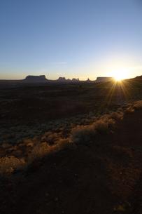 朝日に照されだした荒野とモニュメントのシュルエットのイラスト素材 [FYI04254282]