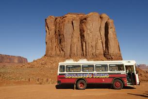 モニュメントの前に駐車している50年代のツアーバスの写真素材 [FYI04254312]