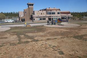 飛び立ったばかりのヘリから管制塔を見るの写真素材 [FYI04254377]