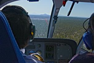 帰路につくヘリの後部より基地を見るの写真素材 [FYI04254387]