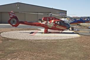 ツアー客を待ち駐機中の ヘリの写真素材 [FYI04254389]