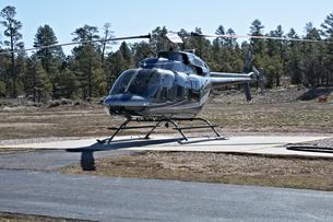 ツアー客を待ち駐機中の ヘリの写真素材 [FYI04254390]