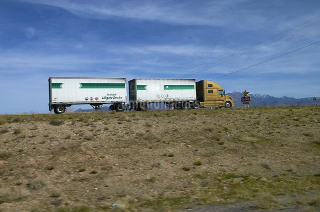 ハイウエーを北に走るトレーラ形トラックの写真素材 [FYI04254406]