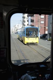 すれ違う阪堺電車のイラスト素材 [FYI04254526]