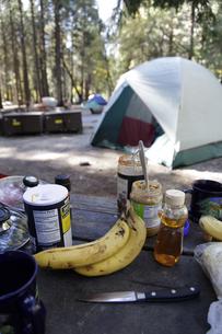 キャンプ場の朝の食卓の写真素材 [FYI04254683]